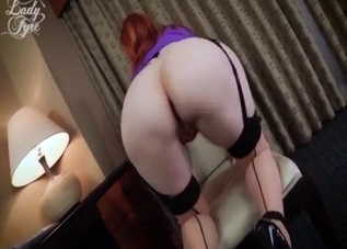 Redhead mom shows off her amazing bottom
