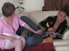 Hot mom in pink gives a nice POV head